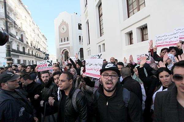 متفرقات : الأطباء المقيمون ينقلون احتجاجهم إلى شوارع العاصمة!