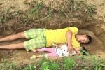 أب صيني يائس يحفر قبر لابنته البالغة من العمر عامين