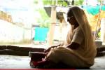 بالفيديو....هندية تعيش مع 1000 خفاش في منزلها!