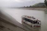 بالفيديو.. حفل زفاف ينتهي بسقوط حافلة في النهر ومقتل 24 شخصًا