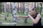 طفلة في التاسعة تمارس الملاكمة مع الأشجار بقبضتيها العاريتين