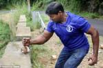بالفيديو: هندي يكسر 124 جوزة هند بيديه العاريتين