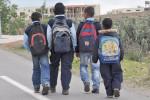 تلاميذ يتنقلون إلى المدارس تحت شمس حارقة وفوق رمال ملتهبة