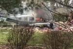 رعب من الجو .. طائرة تتحطم على مبنى سكني بأمريكا