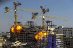 شاهد.. لحظة تفجير رافعتين بعد انهيار مبنى
