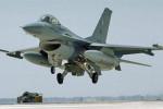 طائرة عسكرية تسقط على حي سكني في باكستان والضحايا 17 قتيلاً