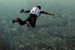 فيديو...مغامر يقفز من ارتفاع 40 طابقاً في الصين