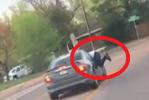 فيديو.. رجل معلّق بنافذة سيارة تقودها امرأة بسرعة 115كم