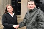 مشرد اسكتلندي يجني ثروة بعد ساعتين تحت المطر